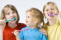 Zahnpflege soll Spaß machen. Wir zeigen Ihren Kindern, wie es geht.