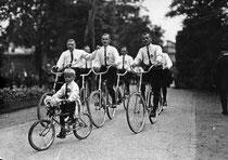 Ausfahrt der Herren um 1910. Bürgerliche Fahrradclubs gehörten zum Zeitgeist. Foto: Getty Images