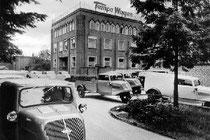 Um 1949 parkten noch die dreirädrigen Tempo-Vehikel vor dem Verwaltungsgebäude der damaligen Vidal & Sohn in Harburg. Später übernahm Mercedes die Fabrik.  Foto: Mercedes Benz AG Werk Hamburg