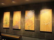 白木に加賀友禅模様を描いたパネルが金沢香林坊109のスターバックスの内装に使われています。