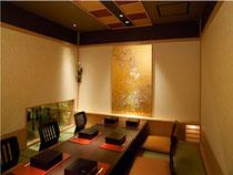 金箔の上に加賀友禅模様を描き個室のインテリアに利用