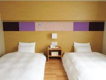 友禅染の生地をパネルにし、ホテルの客室のインテリアへ。