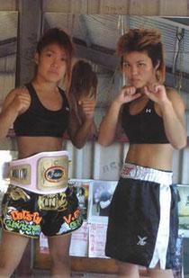 特設ジムでファイティングポーズをとる左から妹の真子さん、姉の紗暉さん