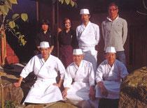 和食・鮨 空(ku)のオーナー林 憲治さん(後列右端)とスタッフの皆さん
