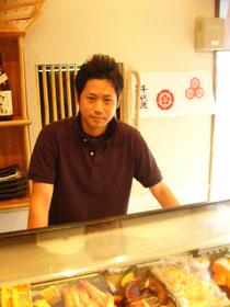 外見から力強さが感じられる好青年。若き経営者、塚本さん。