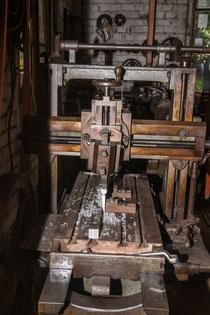 Eine alte Stoßmaschine in der Schmiede Öschelbronn