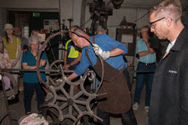 Demonstration: Biegen eines Eisenrings für ein Kutschenrad