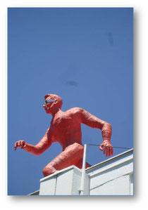 O gigante vermelho no telhado da escola