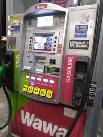 ガソリンを入れる機械 (もちろんセルフサービス)