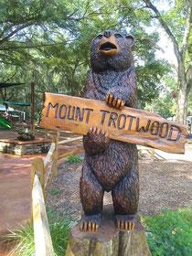 入口にある熊の彫刻