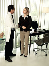 audiólogo evalúa, personaliza y ajusta audífonos y da seguimiento a pacientes