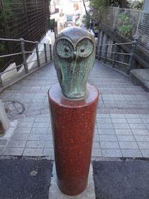 フクロウがいる階段