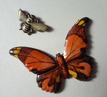 購入した蛾と蜂のバッジ