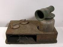 """""""Día tras día"""" caja de madera, aspersor, lentes y polvo."""