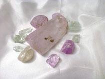 Abb.:  Mineralien wie Kunzit und Hiddenit erzählen von der Magie der Erde