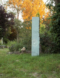 Abb.: Geomantische Kunst. Stele vom Bildhauer J. Voigt, Waldorfschule Elmshorn 2009.