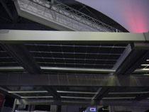 太陽電池の乗ったカーポートの屋根。