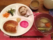 在来種野菜のディナー。ベーグルはご近所の白楽ベーグルさんのもの。