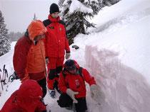Eine Gruppe bei graben eines Schneeprofiles