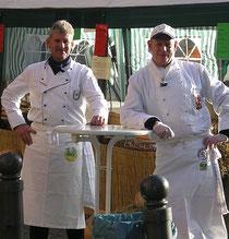 Eckhard Wenzel (l) und Lutz Landes (r) gehen der Gans an den Kragen