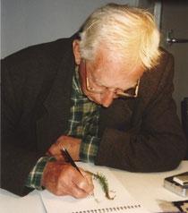 De heer Van der Ploeg tekent een plant na.
