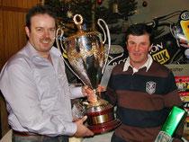 Fan-Club Vorsitzender Rolf Weder mit Gerd Riss und dem WM-Pokal