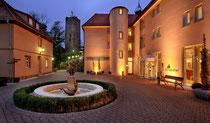 Angefangen hat alles mit einem kleinen Kiosk der Oma auf der Burgruine. Heute ist das Burghotel Staufeneck (www.burg-staufeneck.de) ein großer Familienbetrieb mit einem Luxushotel und einem Gourmetres