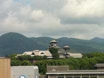 ホテルの部屋からは、熊本城が良い角度で見えます。