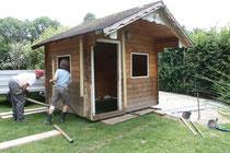 Schutzhütte rollt durch den Garten