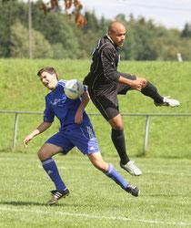 Melvin Fulton (rechts) kam vom TuS Immendorf zur SG Mörsdorf/Buch und hat sich rasch eingewöhnt. In fünf Spielen hat Fulton bisher vier Tore gemacht. Auch beim 8:0-Pokalsieg in Auderath traf er doppelt.