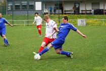 Die SG Lutzerath ( in Rot-Weiß) versuchte zwar viel gegen Kastellaun, aber die Gäste schossen die Tore und gewannen mit 4:1. Foto: Alfons Benz