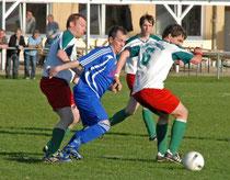 Dimitri Lang (in Blau) gehörte zu den Kastellauner Torschützen beim 3:0-Sieg gegen ineffektive Lutzerather.