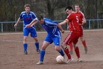 Tabellenführer SG Müllenbach (in Rot) feierte einen klaren 3:0-Sieg auf dem Kastellauner Hartplatz.