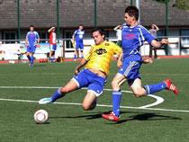Der SVC Kastellaun (in Blau) gewann bei der Cochemer Reserve mit 3:0 und schob sich ins Tabellenmittelfeld vor.