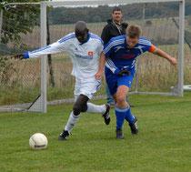 Kebir Diakite (links) zog mit seiner SG Vorderhunsrück im Derby gegen den SVC Kastellaun um Kapitän Tobias Link beim 2:4 den Kürzeren.
