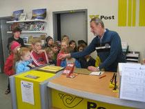 Herr Huber erklärte uns sehr anschaulich, wie der Weg der Post von ihm bis in den Briefkasten des Empfängers ausschaut. Danke, dass wir das hören konnten!