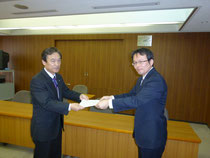 要求書を提出する松井闘争委員長