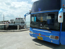 Bei der Ankunft der Fähre in Donsak, erwartet uns bereits der Bus nach Suratthani