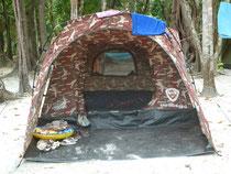 In diesem Zelt hatten wir versucht zu schlafen. Leider mit bescheidenem Erfolg...