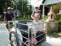 Wir verlassen Phi Phi (und den Trubel) mit Kind und Kegel in Richtung Koh Lanta