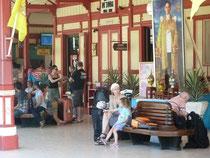 Warten auf den Zug nach Chumporn unter den Augen des Königs...
