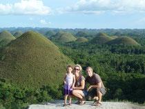 Vor den berühmten Chocolate Hills auf der Insel Bohol