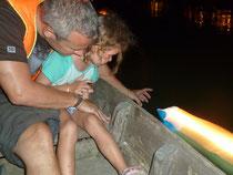 Wir lassen zum Laternenfest auf dem Fluss eine Kerze schwimmen