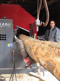 Markus Stocker an der Holzbearbeitung