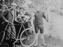 Maurice Garin auf La Francaise Diamant. Fotografie datiert 1897. Man beachte die feschen Radlerhosen.