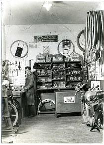 Blick in eine Fahrradwerkstatt 1935