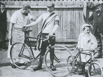 Maurice Garin mit Masseur und Sohn nach seinem Sieg bei der ersten Tour de France 1903