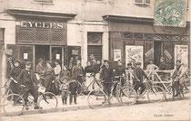 Vor einem Fahrradgeschäft, 1907