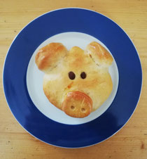 Schweinchen aus Germteig