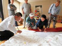 地域の模型を前に、住民の声を聞く小嶋一浩(左)=石巻市